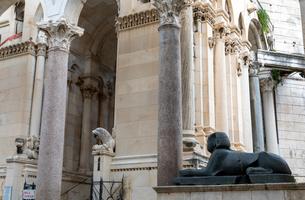 聖ドムニウス大聖堂 ペリスティル広場の写真素材 [FYI03445194]
