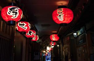 大阪の浮世小路の赤提灯の写真素材 [FYI03445371]