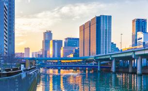 大阪の大江橋から見た堂島川と高層ビル群の夕景の写真素材 [FYI03445408]