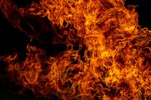 激しく炎が燃え上がる様子の写真素材 [FYI03445450]