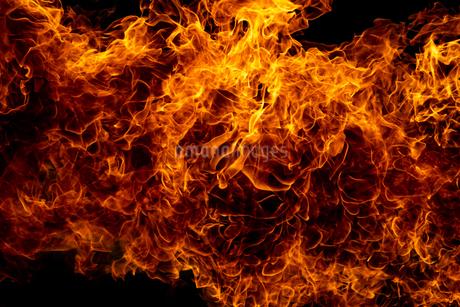 激しく炎が燃え上がる様子の写真素材 [FYI03445451]