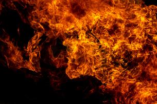 激しく炎が燃え上がる様子の写真素材 [FYI03445452]