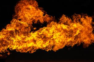 激しく炎が燃え上がる様子の写真素材 [FYI03445453]
