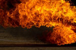激しく炎が燃え上がる様子の写真素材 [FYI03445454]