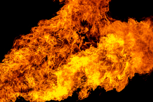 激しく炎が燃え上がる様子の写真素材 [FYI03445458]