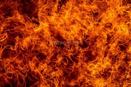 激しく炎が燃え上がる様子の写真素材 [FYI03445459]