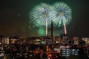 横浜の街並みと花火(みなとみらいスマートフェスティバル)の写真素材 [FYI03445521]
