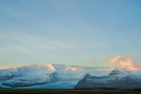 アイスランド・フィヤトルスアゥルロゥン湖の雪山の写真素材 [FYI03445529]