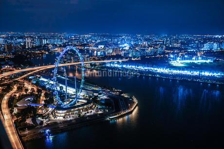 マリーナ・ベイ・サンズ展望台からの夜景(シンガポール)の写真素材 [FYI03445534]