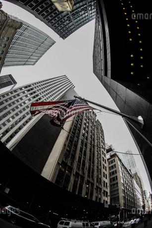 ニューヨーク・ウォール街と星条旗の写真素材 [FYI03445540]
