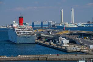 横浜港に停泊する豪華客船(ピースボート)の写真素材 [FYI03445548]
