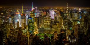 ニューヨーク・マンハッタンの夜景の写真素材 [FYI03445567]