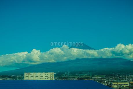 雲のかかる富士山のイメージの写真素材 [FYI03445577]