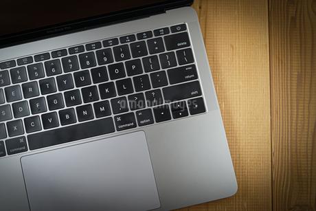 スタイリッシュなノートパソコンのキーボードのイメージの写真素材 [FYI03445593]