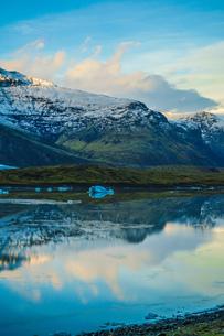 アイスランド・フィヤトルスアゥルロゥン氷河湖の写真素材 [FYI03445601]