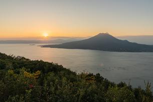 夜明けの桜島の写真素材 [FYI03445762]