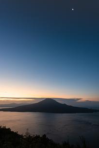 夜明けの桜島の写真素材 [FYI03445764]