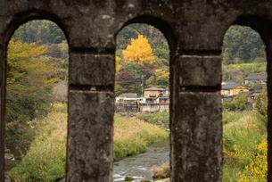 秋の橋の写真素材 [FYI03445771]
