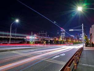 背景 夜景 道路 光線 街頭 背景 長時間露光の写真素材 [FYI03445779]