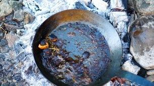 キャンプ場でステーキ用のソースを作るの写真素材 [FYI03445816]