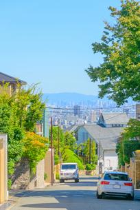 芦屋市高台の坂道と阪神間の街並みの写真素材 [FYI03446022]