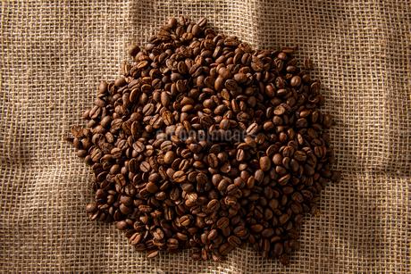 Coffee beans on jute bagの写真素材 [FYI03446030]