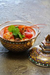 ベンジャロン 焼きとタイ料理の写真素材 [FYI03446202]