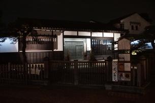 夜の倉敷の町並み 美観地区の写真素材 [FYI03446244]