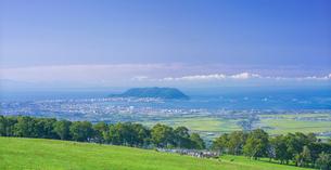 北海道 自然 風景 パノラマ 城岱牧場より函館市街遠望 の写真素材 [FYI03446457]