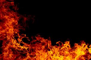 激しく炎が燃え上がる様子の写真素材 [FYI03446531]
