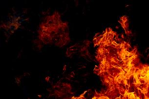 激しく炎が燃え上がる様子の写真素材 [FYI03446532]