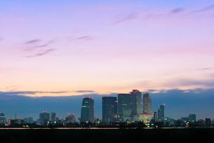 名古屋駅周辺の高層ビルと夜明けの町並みの写真素材 [FYI03446536]