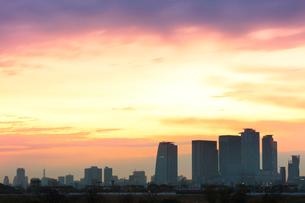 名古屋駅周辺の高層ビルと町並みに朝焼け空の写真素材 [FYI03446537]