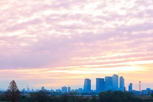 名古屋駅周辺の高層ビルに町並みと朝焼け空の写真素材 [FYI03446539]