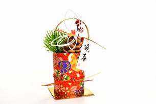 白背景の正月飾りの写真素材 [FYI03446599]