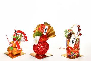白背景の正月飾りの写真素材 [FYI03446601]