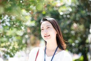 笑っている女性の写真素材 [FYI03446607]