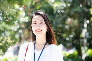 笑っている女性の写真素材 [FYI03446608]