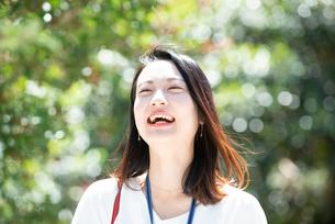 笑っている女性の写真素材 [FYI03446662]