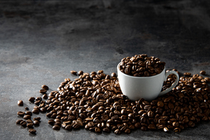 Coffee beans and cupの写真素材 [FYI03446835]