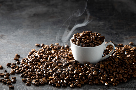 Coffee beans and cupの写真素材 [FYI03446836]