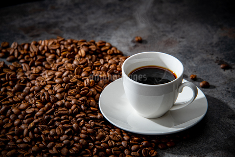 Coffee beans and cup of coffeeの写真素材 [FYI03446837]