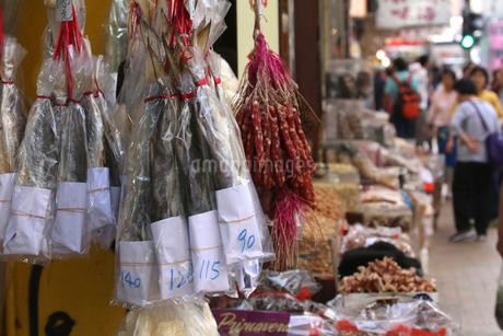 西營盤にある徳輔道西(デ・ヴォー・ロード・ウェスト)の乾物店で売られるハムユイと呼ばれる塩干し魚(手前)と中国ソーセージの写真素材 [FYI03446977]