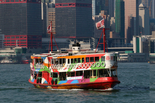 香港・ビクトリア湾を航行する観光船仕様のスターフェリーの写真素材 [FYI03447043]
