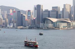 香港、ビクトリア湾を行くスターフェリー。手前は観光性仕様のスターフェリーの写真素材 [FYI03447044]