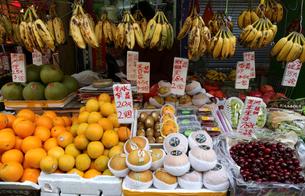 香港・旺角(モンコック/Mong Kok)の青空市場で売られる色々な種類の果物。手前中央は日本産幸水ナシ。1個140円の写真素材 [FYI03447049]