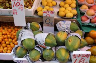 香港・旺角(モンコック/Mong Kok)の青空市場で売られる色々な種類の果物。中央はパパイアの写真素材 [FYI03447050]