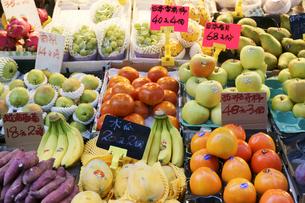 香港・旺角(モンコック/Mong Kok)の青空市場で売られる色々な種類の果物。中央の日本産のカキは1個140円、右隣の日本産リンゴ名月は一山950円の写真素材 [FYI03447052]
