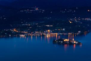 イタリア、オルタ湖の夜景の写真素材 [FYI03447078]