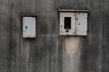 錆びた金属のボックスと古びた壁の写真素材 [FYI03447101]